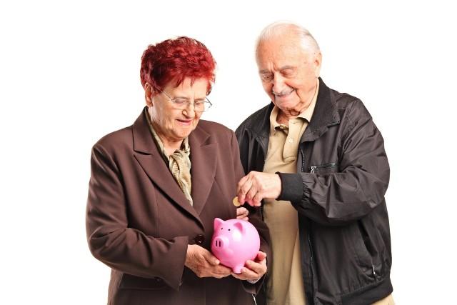 Emeryci, którzy ukończyli powszechny wiek emerytalny, mogą dorabiać do swojej emerytury z ZUS bez ograniczeń.