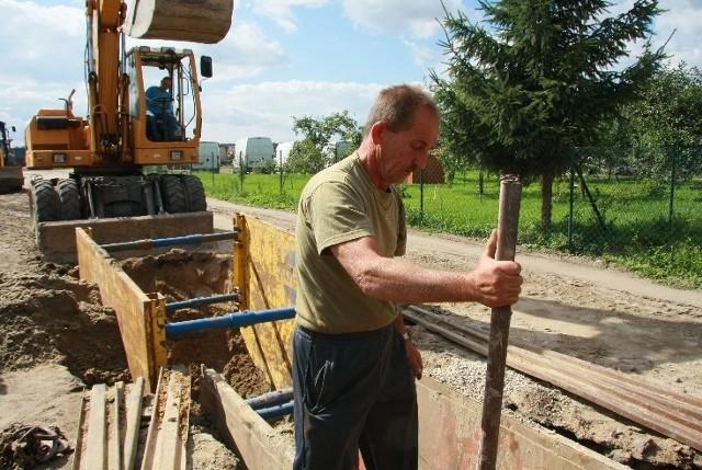W trakcie remontu powstaje też kanalizacja deszczowa. Pracuje przy niej Marek Adamczyk z poznańskiej firmy Geo Inwest.