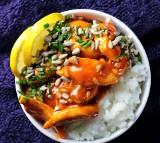 Pomysł na obiad. Kurczak w słodkim sosie chili z mlekiem kokosowym [PRZEPIS]