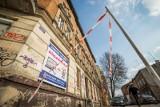 Kawałek gzymsu spadł przechodniowi na głowę. Te kamienice w Bydgoszczy wymagają remontu