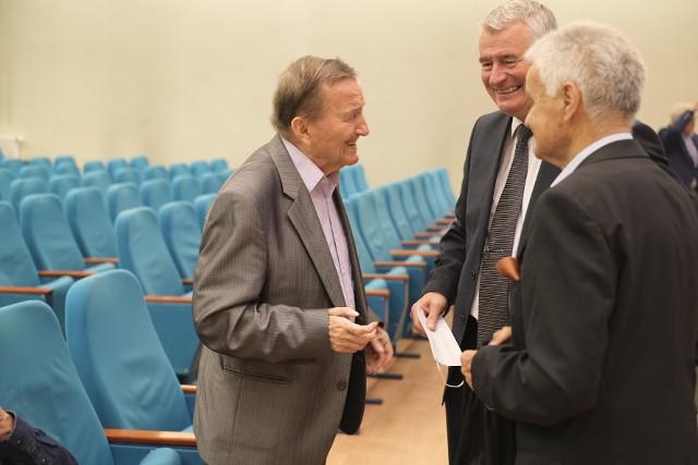 Profesor Janusz Jackowski w rozmowie ze swoimi przyjaciółmi, Tomaszem Wiktorem i Januszem Grzeszczukiem