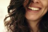 Olśniewający uśmiech jest możliwy również w starszym wieku. Zadbaj o protezę zębową