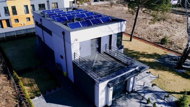 Instalacja fotowoltaiczna na dachu domuPanele fotowoltaiczne zbudowane są z modułów, które składają się z ogniw fotowoltaicznych (najmniejszych elementów, w którym zachodzi zjawisko fotowoltaiczne polegające na zamianie promieniowania słonecznego na prąd stały). Ilość energii wyprodukowanej przez instalację fotowoltaiczną zależy od tego, w jaki sposób panele fotowoltaiczne zostaną ułożone względem słońca.