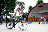 Na rowerze potrafi zrobić niemal wszystko