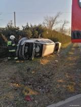 Samochód wypadł z drogi w gminie Janowiec Wielkopolski. Kierowcy nie było na miejscu zdarzenia