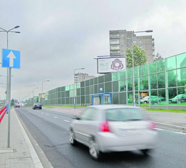 Obok linii tramwajowych są szerokie drogi. Coraz więcej osób wybiera auto.
