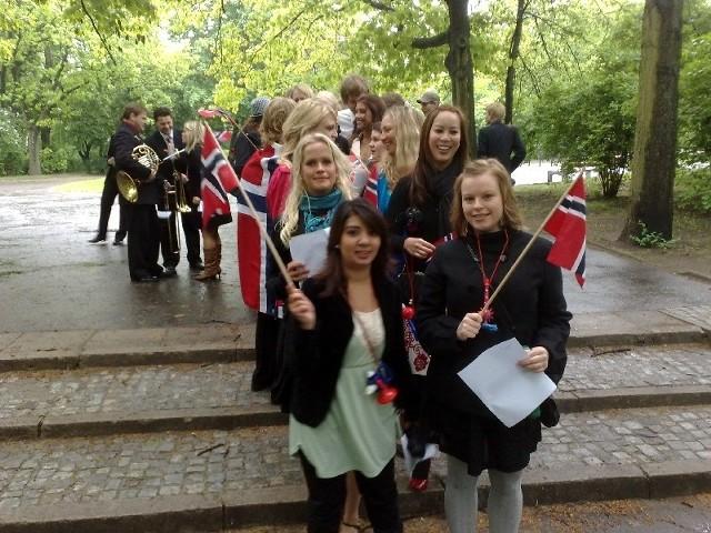 Norwedzy wyszli na ulice, bo na niedzielę przypada ich narodowe święto.