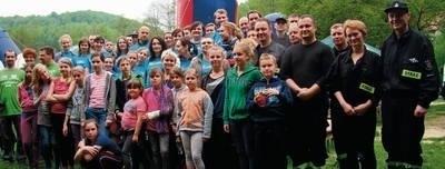 Uczestnicy sobotniej strażackiej akcji sprzątania jurajskich dolinek: Kobylańskiej i Będkowskiej Fot. Ewa Tyrpa