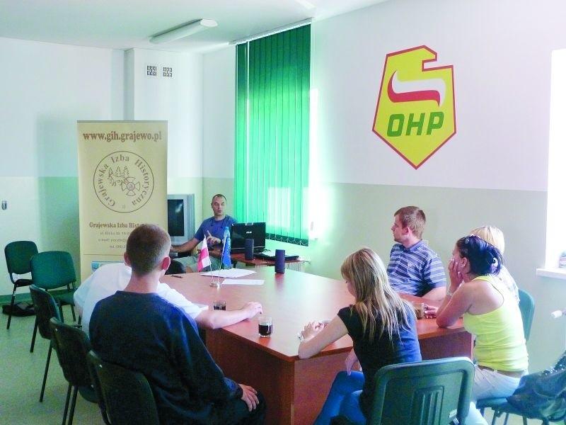 Podczas spotkań młodzież zdobywa wiedzę z zakresu przedsiębiorczości i prawa.