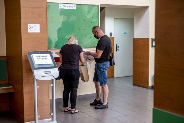 Pracownicy Powiatowego Urzędu Pracy w Poznaniu codziennie pracują w nadgodzinach oraz w soboty, by rozpatrzyć, jak największą liczbę wniosków o pomoc od przedsiębiorców.
