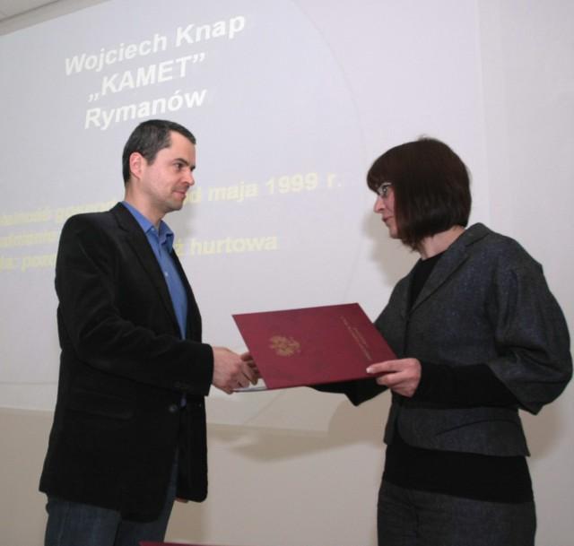 Na zdjęciu: Dyplom odbiera Wojciech Knap z firmy KAMET z Rymanowa.