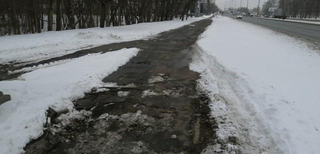Pogruchotany asfalt zagraża przede wszystkim rowerzystom...