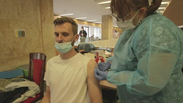 W Polsce przeciw COVID-19 zaszczepiło się ponad 29 mln osób, a kompletnie ponad 13 mln. W samej Wielkopolsce przyjęto ponad 2,6 mln dawek. Ten rezultat poprawiła jeszcze piątkowa akcja szczepień Poznaniu w ramach kampanii #OstatniaProsta. Tym razem szczepiono w Wielkopolskim Urzędzie Wojewódzkim.