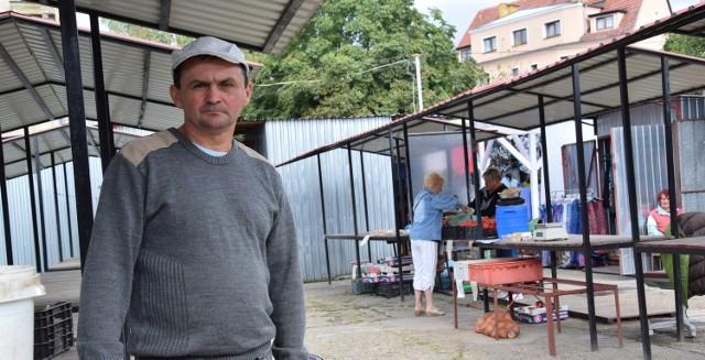 - Z roku na rok ubywa handlujących, stoły świecą pustkami. Klienci coraz rzadziej zaglądają na opustoszały, zaniedbany targ - mówi z rezygnacją Bogdan Nieradka z Jelenina.