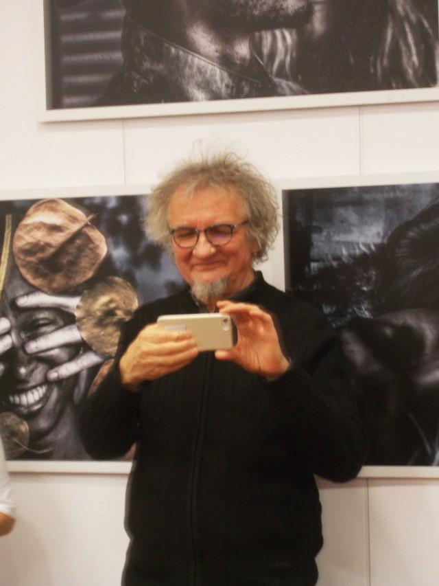 Tomasz Sikora podczas wernisażu wystawy swoich prac w MBP w Myślenicach