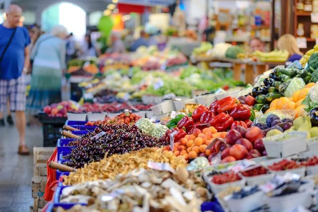 Po kolejnych skargach klientów, że w wielu sklepach zagraniczne warzywa i owoce są sprzedawane jako polskie Urząd Ochrony Konkurencji i Konsumentów zlecił kontrole. Od 15 kwietnia do 19 czerwca zbadano 956 partii świeżych owoców i warzyw, kwestionując 115 z nich (12 proc.) ze względu na błędną informację o kraju pochodzenia lub jej brak. Zobacz, w których sklepach wykryto najwięcej błędów w oznaczeniu kraju pochodzenia warzyw i owoców ---->