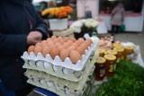 Jajecznica na śniadanie? Rzadziej. Jemy mniej jajek [spożycie w 2018]