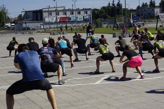 Uczestnicy sobotniego biegu do pokonania trudności na trasie przygotowywali się m.in. na specjalnym treningu przed Stadionem Miejskim w Poznaniu