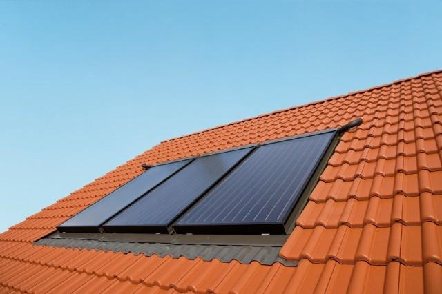 Instalacja solarna na dachuNa dopłaty do instalacji solarnych NFOŚiGW przeznaczy 450 mln zł.
