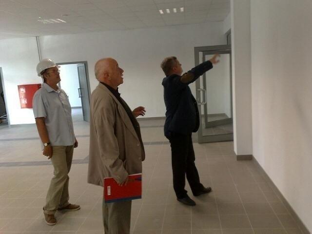 Prezydent Tarnobrzega Norbert Mastalerz wskazuje ścianę, na której pojawi się wielkie logo klubu.