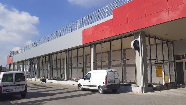 """Trwa przebudowa wschodniej części Centrum Handlowego """"Przy Struga"""", gdzie będzie witryna sklepu rowerowego Bikemoto."""