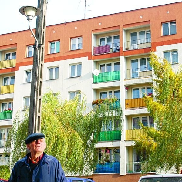 Jan Mocarski nie chce, żeby latarnia świeciła w jego okno. Kawki z wierzby przegania. Chce żyć normalnie. Sąsiedzi też.