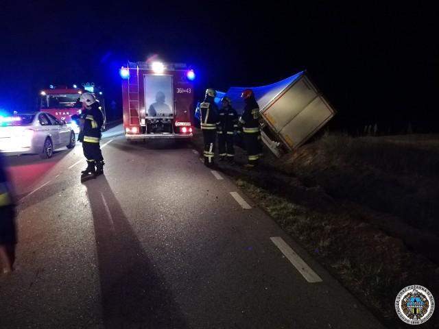 Makabryczny wypadek na drodze wojewódzkiej nr 645 w miejscowości Popiołki w powiecie łomżyńskim, w gminie Zbójna. Kierowca ciężarówki zginął na miejscu. Zdjęcie pochodzi z fanpejdża OSP Nowogród