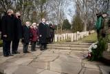 Kwiaty na Cytadeli w 76. rocznicę zakończenia walk o Poznań
