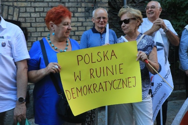 Dziś w Toruniu, jak i w kilkudziesięciu miastach w Polsce, odbył się protest przeciwko reformie sądownictwa, która nakazuje sędziom  przechodzenie w stan spoczynku po osiągnięciu 65. roku życia. W Toruniu, podobnie jak wczoraj, pod Sądem Okręgowym protestowało kilkadziesiąt osób. Zobacz także:Ruszył proces oskarżonych o napady na sklepyTakie są zarobki policjantów w PolsceNowosciTorun