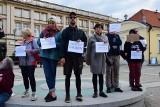 """Białystok. Manifestacja solidarności z uchodźcami. """"Żaden człowiek nie jest nielegalny"""" (ZDJĘCIA)"""