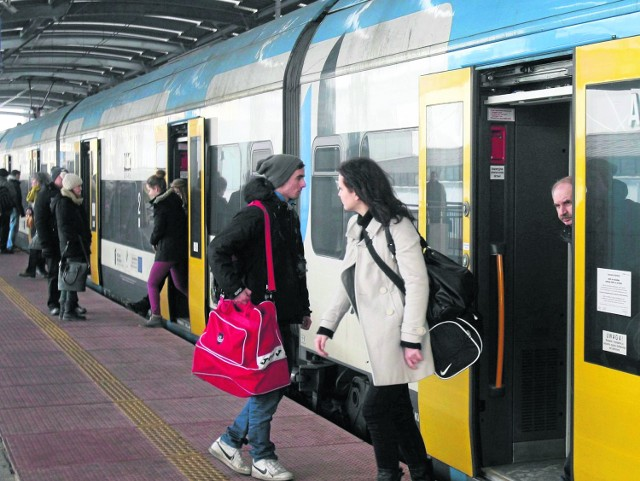 Wczoraj opóźnienia pociągów Kolei Śląskich na trasie Częstochowa - Gliwice wynosiły maksymalnie kilka minut. Pasażerowie obawiają się jednak, że w razie ostregoataku zimy sytuacja ulegnie pogorszeniu