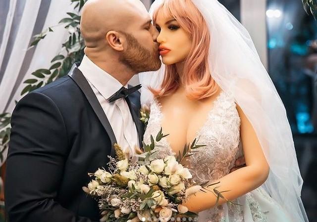 Świat obiegła informacja o Australijce, która poślubiła most i Japończyku, który oddał serce hologramowi. Okazuje się, że to nie jedyne ewenementy na ślubnym kobiercu. Kazachski kulturysta  Jurij Tołoczko postanowił poślubić seks-lalkę.Za pośrednictwem mediów społecznościowych pokazuje, jak wygląda jego życie z nieożywionym obiektem. Przekonajcie się sami!WIĘCEJ NA KOLEJNYCH STRONACH>>>