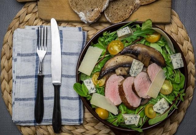 Sałatka z polędwiczką wieprzową, rukolą i pieczarkami portobello. Zobaczcie przepis!