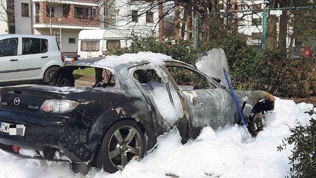 Mazda e6 spłonęła w nocy z piątku na sobotę na osiedlu w pobliżu ulicy Krzywoustego