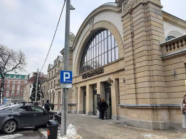Bank w hali zegarowej Starego Dworca