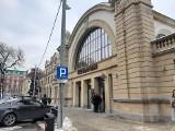 Katowice: bank w hali zegarowej Starego Dworca otwarty. Wnętrza hali zabudowano ZDJĘCIA