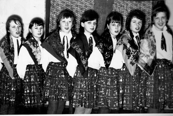 Ali Babki- 1967. Z prawej stoją Halina Prezgot i Halina Łupińska. Z lewej Krysia Płońska z pobliskich Kozłów.
