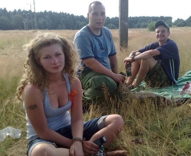 Martysia, Benek i Czeczen to ekipa z Sosnowca. Rozstawili się na samym środku pola, pod jednym z niewielu drzew.