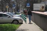 Po co te słupki? Zdaniem miasta - pomagają pieszym. Zdaniem pieszych - utrudniają