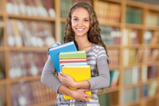 Egzamin ósmoklasisty z języka polskiego odbędzie się 15 kwietnia 2019 roku. W arkuszu znajdą się pytania dotyczące lektur z klas VII i VIII. Sprawdź, o jakie lektury chodzi! Ta lista będzie obowiązywała na egzaminach w 2019, 2020 i 2021 roku. Od 2022 roku lista lektur na egzamin ósmoklasisty z języka polskiego wydłuży się. Będzie obejmowała lektury z klas IV - VIII.