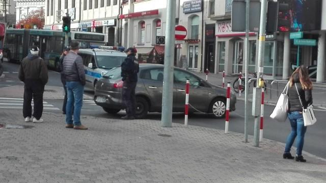 W czwartek, około godz. 10.30, na skrzyżowaniu ulic Malmeda - Białówny w Białymstoku pojawił się pusty samochód, który częściowo zablokował ruch na krzyżówce.