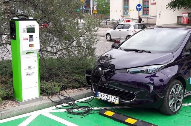 Więcej darmowych parkingów i punktów ładowania dla posiadaczy aut elektrycznych we Wrocławiu.
