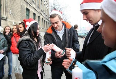 Uczniowie ZSP 19 kolędowali przed swoją szkołą przy ul. Źeromskiego.