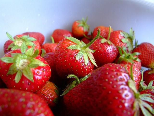 Osoby cierpiące na alergię pokarmową muszą uważać na truskawki.