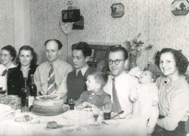 Rodzinne spotkanie na Długiej. Atmosfera jak u Grassa. Od prawej Anastazja Mathea z córką i Edmund Mathea z synem