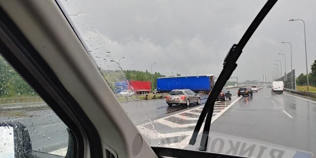 Do wypadku doszło na autostradzie A4 na wysokości węzła Sośnica. Na miejscu zderzyły się auto osobowe z tirem. Trwa ustalanie przyczyn wypadku.
