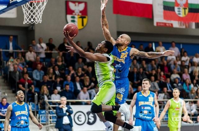 Marc Carter (w niebieskiej koszulce) i jego koledzy z BM Slam Stali Ostrów spróbują w sobotę po raz kolejny pokonać w finale MP koszykarzy Anwil Włocławek