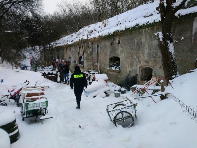 Poznańscy strażnicy miejscy regularnie sprawdzają miejsca, w którym przebywają bezdomni, by im pomóc