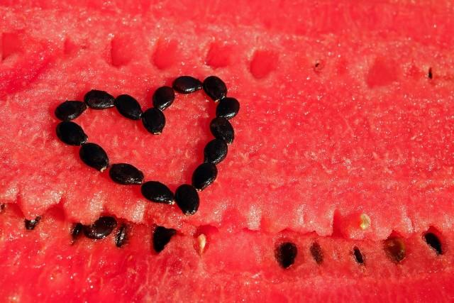 Jedzenie pestek arbuza jest niezwykle korzystne dla naszego zdrowia. Obniżają poziom cukru we krwi, działają przeciwzapalnie i przeciwbólowo. To nie koniec ich zalet! Sprawdź w dalszej części naszej galerii, jaki magiczny wpływ mają pestki arbuza na nasz organizm.