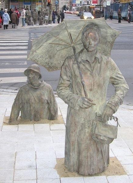 Rzeźby przy skrzyżowaniu ul. Świdnickiej i Piłsudskiego.